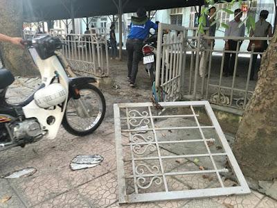 Bảo vệ bãi giữ xe và thanh niên tình nguyện phải phá ra đưa các xe khác ra bên ngoài
