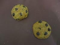 Cookies au beurre de cacahuètes coeur coulant à la Nocciolata avant cuisson sur feuille de silicone