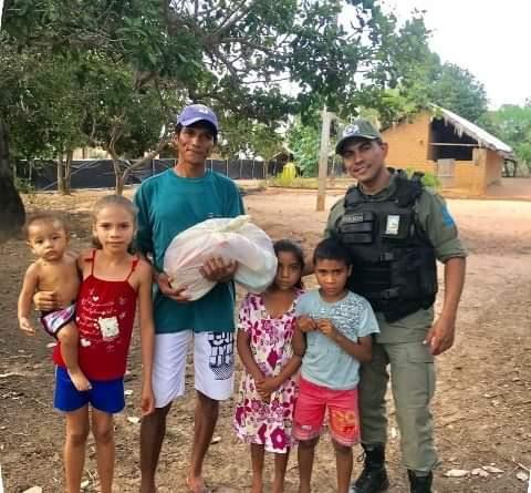Polícia Comunitária: PM realiza ação solidária com distribuição de cestas básicas e brinquedos em Uruçuí; o PM utilizou parte de seu pagamento para comprar cestas básicas e alguns brinquedos para doar a moradores das localidades  da zona rural de Uruçuí