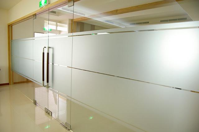 thi công dán giấy dán kính mờ văn phòng
