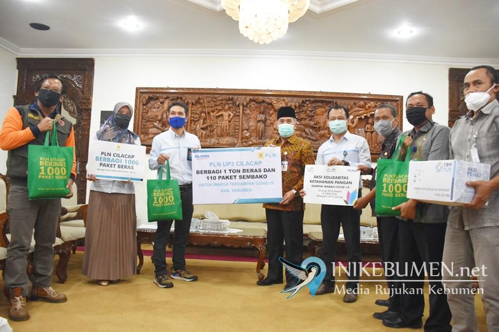 PLN Cilacap Serahkan 1 Ton Beras untuk Bantu Warga Terdampak Covid-19 di Kebumen