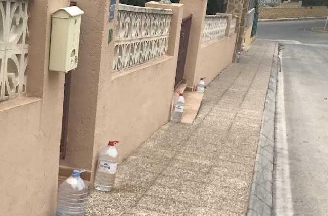 Do të iu habit arsyeja pse të gjithë po vënë një shishe me ujë para derës në këtë vënd.