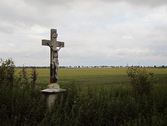 Krzyż przy drodze między Piotrowicami Nyskimi i Kałkowem.