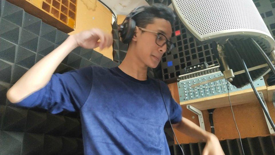 Cello Elby saat rekaman vokal lagu Bebas pada Jumat 30 Oktober 2020  di studio Promidi Audio Indonesia, Jakarta. (Dok. Istimewa)