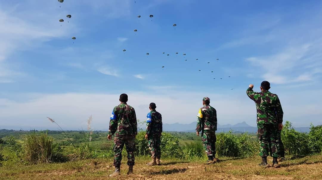 Aksi Terjun Payung Prajurit Kostrad Hiasi Langit  Karawang