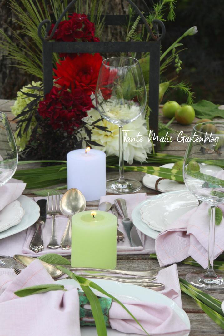 Tischdekoration für den Sommer in Trendfarben