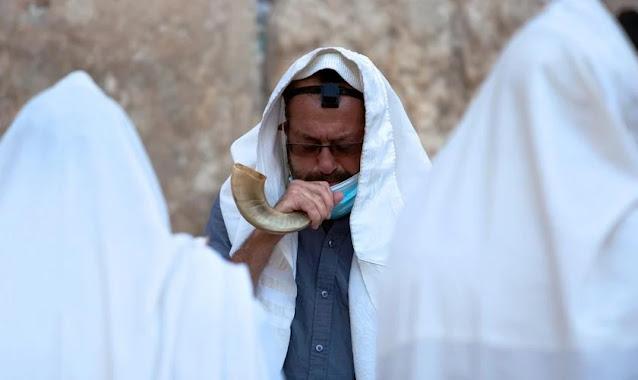 Israelenses se preparam para celebrar o Rosh Hashaná, enquanto país entra no 2º lockdown