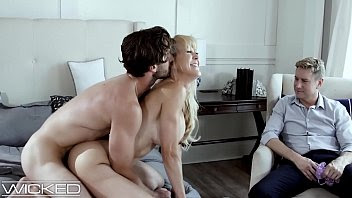 El marido de Brandi Love mira mientras se folla a otro tío