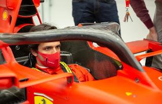 Carlos Sainz subido en un Ferrari