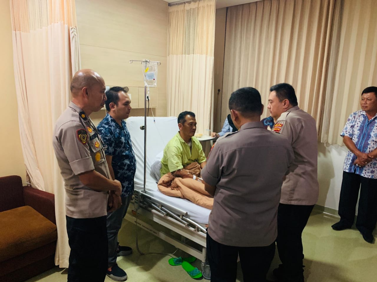 Kapolda Banten Jenguk Kapolsek Menes