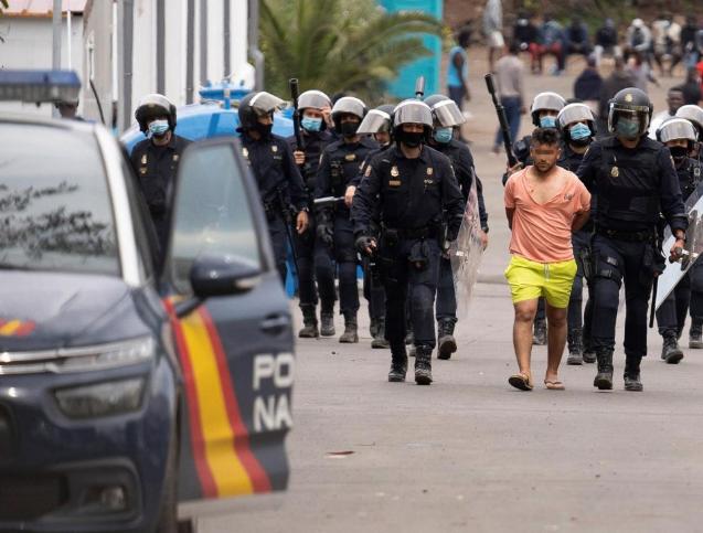 Ocho detenidos durante los graves incidentes en un campamento de inmigrantes en Tenerife
