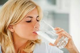 Perbanyaklah mengonsumsi air putih saat menstruasi