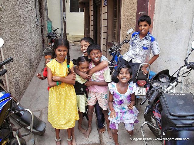 Crianças sorrindo: abundância em Madurai
