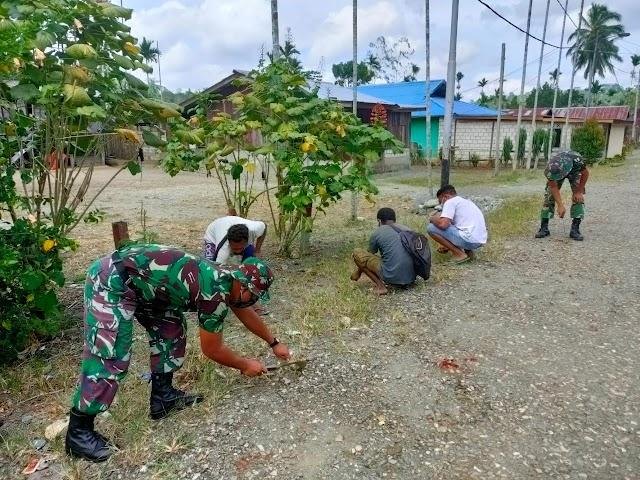 Satgas Yonif 512/QY Ajak Masyarakat Bersihkan Jalan Poros Kampung Perbatasan