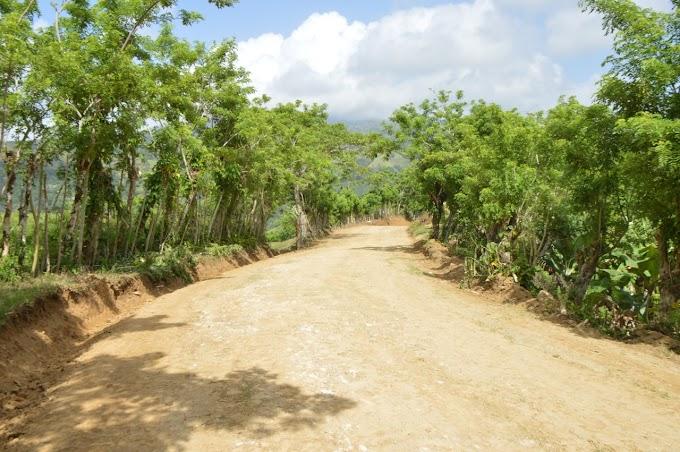 Ministerio de Agricultura continúa trabajos de acondicionamiento caminos rurales en Santiago