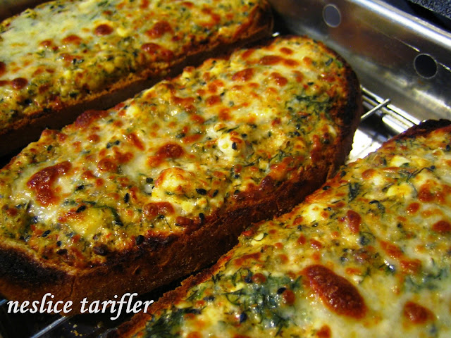ızgara da pişen ekmek dilimleri