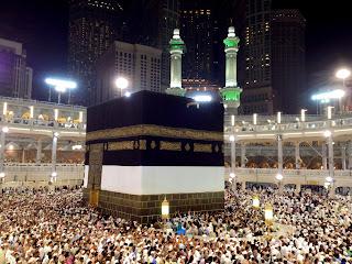 5 Keajaiban di Kota Mekkah  1.Gelombang radio tidak bisa mendeteksi posisi Ka'bah.  2.Bahkan teknologi satelit pun tidak bisa meneropong apa yang ada di dalam Ka'bah. Frekuensi radio tidak mungkin dapat membaca apa-apa yang ada di dalam Ka'bah karena tekanan gravitasi yang tinggi.  3.Tempat yang paling tinggi tekanan gravitasinya, memiliki kandungan garam dan aliran sungai di bawah tanah yang banyak. Sebab itulah jika shalat di Masjidil haram meskipun di tempat yang terbuka tanpa atap masih terasa dingin.  4.Ka'bah bukan sekadar bangunan hitam empat persegi tetapi satu tempat yang ajaib karena di situ pemusatan energi, gravitasi, zona magnetisme nol dan tempatyang paling dirahmati.  5.Pergerakan mengelilingi Ka'bah arah lawan jam memberikan energi hidup secara alami dari alam semesta. semua yang ada di alam ini bergerak sesuai lawan jam, Allah telah menentukan hukumnya begitu.   Sejarah Kota Mekkah  Mekkah merupakan salah satu dari kota yang tertua, terbesar, dan terkenal di tanah Hijaz dalam Kerajaan Arab Saudi. Sejak zaman dulu, Mekkah sudah terkenal di antara para pengembara dan kafilah yang melintasi padang pasir Arab, karena kota ini merupakan pusat  erjalanan dan tempat transit yang penting. Ptolemeus telah menyebutkan kota   Mekkah dengan nama Macoraba dan menghubungkan nama ini dengan pusat perdagangan rempah-rempah. Sejak sebelum datangnya Islam kota Mekkah telah menjadi pusat berbagai pertemuan dan perayaan: perdagangan, kebudayaan, dan keagamaan. Di wilayah ini terdapat Thaif yang memiliki tiga berhala; `Ukazh sebagai pusat lomba bersyair;   Dzul Majaz tempat diadakannya pertemuan keagamaan yang kemudian memuncak pada upacara khusus dari pesta akbar di Arafah, lalu di Quzah atau Muzdalifah, dan kemudian di Mekkah sendiri dengan Ka`bah sebagai pusatnya yang dikelilingi oleh patung-patung dan berhala-berhala dari berbagai suku dan bangsa.Dalam al-Qur'an dijelaskan bahwa kota Mekkah itu terletak di suatu lembah yang tandus (Q.S. 14:40). Di sini tidak banyak 