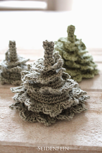 http://seidenfein.blogspot.de/2014/12/2-kleine-gehakelte-tannen-diy-crochet.html
