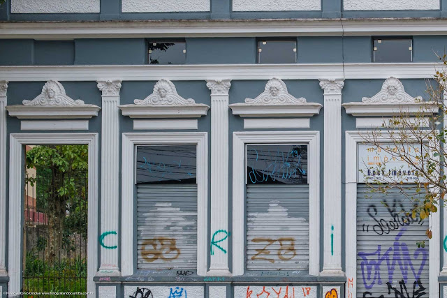Casa antiga na Rua Barão de Antonina - detalhes da fachada