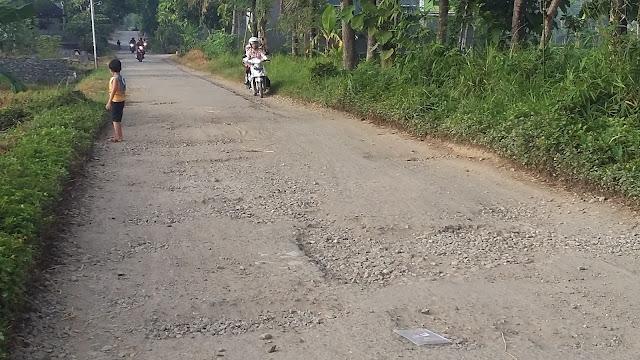 Jalanan Rusak Warga Memilih Pinggir Jalan Untuk Lewat