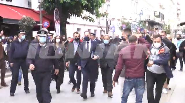 Αποδοκιμασίες εμπόρων στην Πάτρα κατά του Στέλιου Πέτσα (βίντεο)