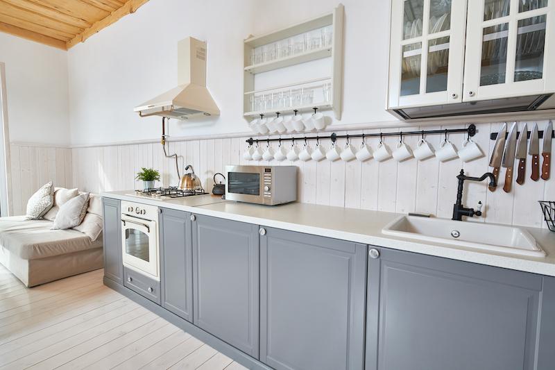 Cocina pintada en gris con rieles para tazas de desayuno