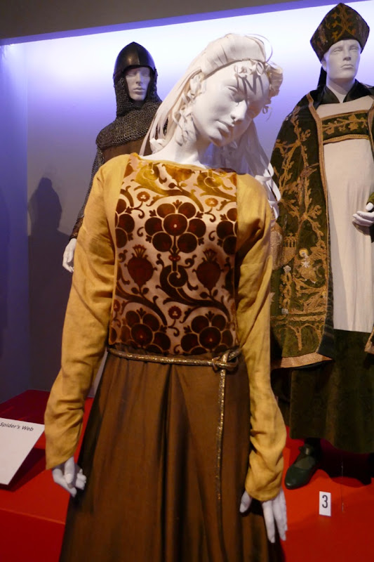 Florence Pugh Outlaw King Elizabeth de Burgh costume
