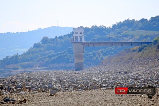 Στερεύει επικίνδυνα ο ταμιευτήρας στο φράγμα του Πηνειού - Αποκαλύφθηκε ο βυθός της λίμνης