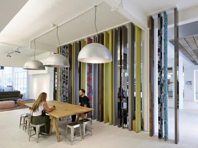 Vách ngăn bằng gỗ khiến căn phòng ấn tượng hơn hẳn