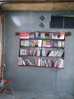 rak buku dari kayu bekas atau kayu sisa