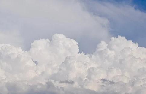 Pengetahuan Tentang Angin Di Indonesia  Pengertian Angin  Angin adalah udara yang bergerak dari daerah yang bertekanan tinggi menuju ke daerah yang bertekanan rendah. Angin dibedakan menjadi tiga, yaitu : Angin Musim Angin Fohn Angin Lokal  Jenis Angin  Angin Musim  Angin musim terbagi dalam 2 yaitu : Angin Musim Barat Angin musim barat terjadi pada bulan Oktober hingga Maret yang banyak membawa uap air sehingga menyebabkan musim penghujan. Angin ini bergerak dari Asia menuju Australia melewati Samudera Hindia. Angin Musim Timur Angin musim timur terjadi pada bulan April hingga September. Angin ini sefatnya kering sehingga menyebabkan musim kemarau dan bergerak dari Australia menuju Samudera Hindia. Angin Fohn  Angin fohn adalah jenis angin kering dan panas yang bertiup dari lereng pegunungan. Jenis Angin Fohn adalah sebagai berikut : Angin Brubu (Makasar, Sulawesi Selatan) Angin Gending (Pasuruan dan Probolinggo, Jawa Timur) Angin Kumbang (Tegal, Jawa Tengah dan Cirebon, Jawa Barat) Angin Puting Beliung dan Bahorok (Medan, Sumatera Utara) Angin Wambrau (Biak, Papua) Angin Lokal  Angin lokal merupakan angin yang berhembus dalam wilayah dan waktu tertentu saja. Angin ini dibedakan menjadi beberapa macam, yaitu : Angin Laut dan Angin Darat Angi laut, yaitu angin yang bertiup dari laut menuju darat yang terjadi pada siang hari. Angin darat, yaitu angin yang bertiup dari darat menuju laut yang terjadi pada malam hari. Angin Gunung dan Angin Lembah Angin gunung, yaitu angin yang bertiup dari puncak gunung menuju lembah yang terjadi pada malam hari. Angin lembah, yaitu angin yang bertiup dari lembah menuju puncak gunung yang terjadi pada siang hari. Angin Siklon dan Angin Antisiklon Angin siklon adalah angin yang bergerak dari daerah bertekanan tinggi ke daerah bertekanan rendah dengan arah ke dalam. Sedangkan angin antisiklon adalah angin yang bergerak dari daerah yang bertekanan tinggi ke daerah bertekanan rendah dengan arah ke luar.  Nah itu dia bahasan dari pengetahua