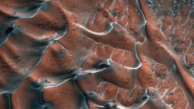 Dunas de areia marcianas repletas de gelo