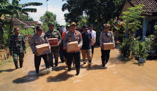 Polres Lumajang menyerahkan bantuan untuk korban banjir