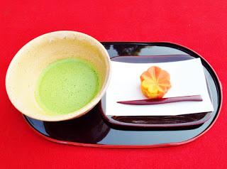 赤く色付いた生菓子とお抹茶をお楽しみください