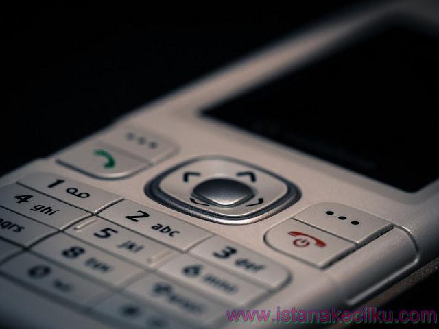 Meskipun sebagian besar dari kita untuk saat ini merasakan bahwa kita tidak bisa hidup tanpa sebuah telepon selular digenggaman kita, namun sebenarnnya telepon selular atau lebih kita kenal dengan HP itu ternyata telah ada untuk waktu yang lama.  Namun, ponsel yang sebagaimana kita ketahui seperti hari ini seolah-olah hanya baru ada sekitar 20 tahun terakhir saja.  Kapan ponsel pertama kali ditemukan?   Telepon selular, terutama smartphone yang telah menjadi sahabat yang tak terpisahkan kita hari ini, merupakan generasi dari telepon selular yang relatif baru.  Namun, jika membahas tentang dari sejarah ponsel, kita akan kembali ke tahun 1908 ketika sebuah Paten dari Amerika Serikat ini dikeluarkan di Kentucky untuk sebuah telepon nirkabel.  Ponsel diciptakan pada awal tahun 1940-an ketika insinyur yang bekerja di AT&T mengembangkan sebuah cell untuk BTS ponsel (cells for mobile phone base stations)  Ponsel yang pertama kali tercipta, tidak benar-benar seperti ponsel yang saat ini kita kenal. Ponsel pada saat itu adalah radio dua arah yang memungkinkan orang-orang seperti sopir taksi dan layanan darurat dapat berkomunikasi.  Tidak bergantung pada BTS dengan cell yang terpisah (sinyal melewati dari satu cell ke cell yang lain), jaringan ponsel pertama melibatkan satu base station/BTS yang sangat kuat yang mencakup area yang lebih luas.  Motorola, pada 3 April 1973 adalah perusahaan pertama yang memproduksi massal telepon selular genggam pertamanya.  Generasi ponsel ini yang sering disebut sebagai ponsel 0G, atau ponsel Zero Generation. Sebagian besar ponsel saat ini mengandalkan teknologi 3G atau koneksi 4G.  Perkembangan teknologi telepon selular   Ponsel pertama yang diciptakan untuk penggunaan praktis adalah oleh seorang karyawan Motorola bernama Martin Cooper yang kini secara luas dianggap sebagai pemain kunci dalam sejarah ponsel.  Handset yang dapat digunakan di dalam kendaraan telah dikembangkan sebelum ponsel Martin Cooper, namun ia adalah yang pertama mencipta