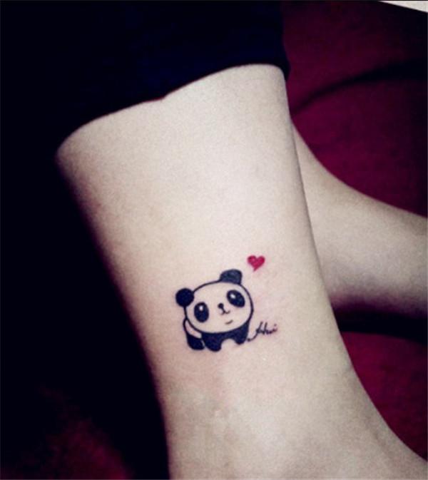 Pie de una chica con un tatuaje en forma de oso panda y al lado de él un corazón