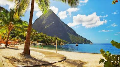 Vue du Gros pain de sucre face à la plage à Sainte Lucie.