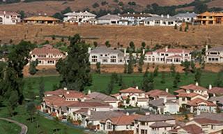 Michael Dreyfus, de 49 años de edad, es un corredor de bienes raíces estrella en Silicon Valley. Durante el invierno percibió que el mercado de las viviendas se estaba recuperando, aunque no sabía qué esperar. Este febrero, los vendedores potenciales le presentaron una propiedad respetable en Palo Alto: cuatro habitaciones, tres baños, 700 metros cuadrados de propiedad. Necesitaba algo de trabajo. Recomendó a los vendedores pedir 1.9 millones de dólares (mdd). Cuando la casa llegó al mercado en abril, subieron el precio a 2.3 millones de dólares. Llegaron siete ofertas que superaban ese precio. La casa se vendió en 2.7