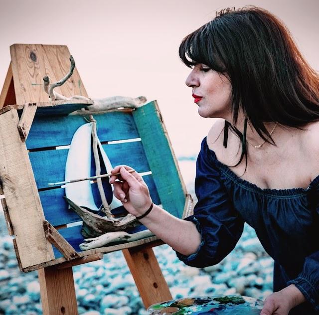 Μαρία Καλογιαννάκη: Μια αρμονική συνάντηση της έμπνευσης με χρώματα, ξύλα και βότσαλα