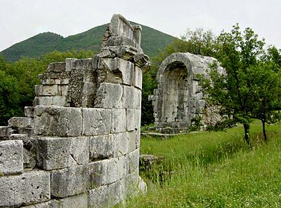 new style 7fab5 9a50f La città romana occupava lo stesso sito del centro storico di Terni cioè  una piattaforma alluvionale di forma quadrangolare, elevata di circa 10 m  rispetto ...