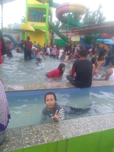 Para pengunjung di objek wisata waterboom di Asahan.