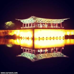 Estanque Anapji de Gyeongju de noche