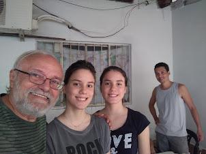 Vovô, o filho e as netinhas