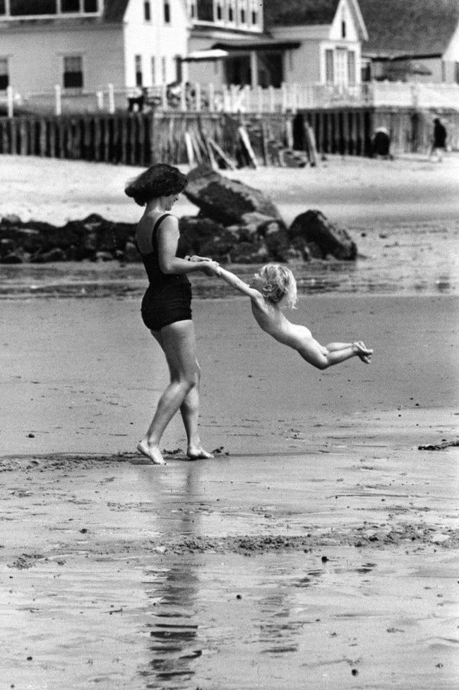 52 photos of women who changed history forever - A mother plays with her child on the beach. [c. 1950s]
