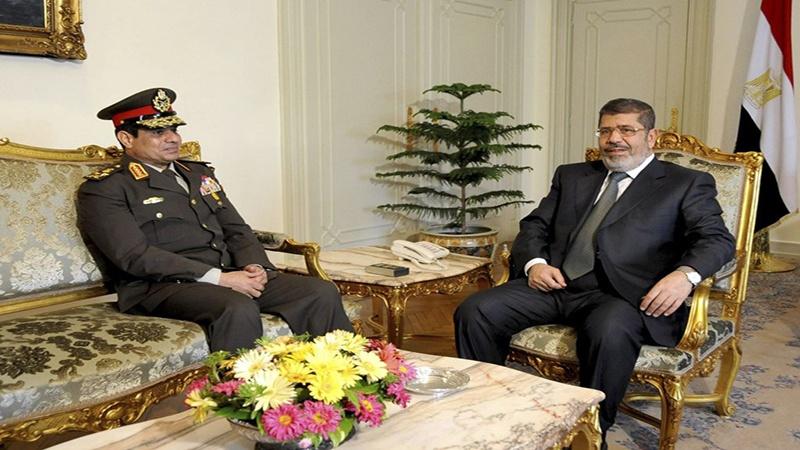 Wakati huo: Rais Muhammad Morsi (kulia) na Waziri wa Ulinzi Jenerali Abdel Fattah el Sisi
