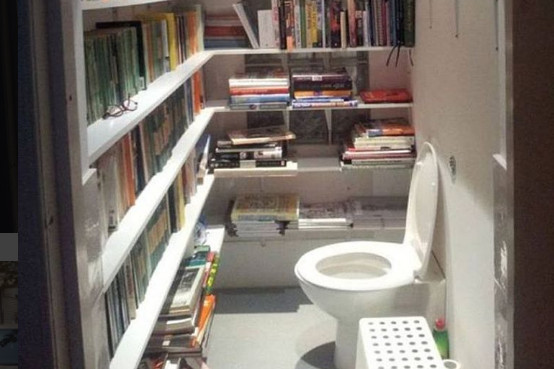 Adanya perpustakaan didalam sebuah WC