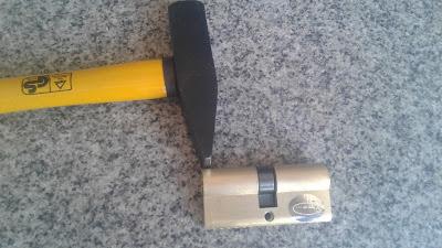 كسر السلندر العالق بإستخدام شاكوش والطرق عليه من الأعلى حتى ينكسر