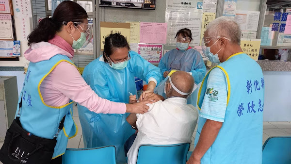 榮服處榮欣志工服務不打烊 協助年邁榮民眷施打疫苗