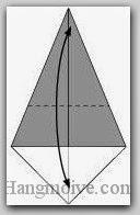 Bước 2: Gấp đôi cạnh giấy lại để tạo nếp gấp, sau đó lại mở ra.