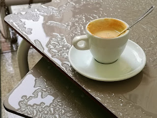 Kaffeetasse im Regen